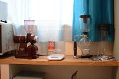 入居者さんはコーヒーがお好きな様子。コーヒー関連の器具がたくさんあります。※備品は入居者さんの私物です。(C棟)(2017-09-06,共用部,LIVINGROOM,2F)