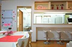 カウンターの奥がキッチンです。(2012-10-10,共用部,LIVINGROOM,1F)