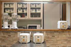キッチン家電も豊富。(2015-02-24,共用部,KITCHEN,2F)