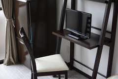 デスクセットとTVも備え付け。(301号室)(2015-02-24,専有部,ROOM,3F)