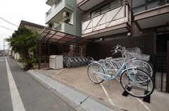 自転車置き場の様子。自転車はひとり1台ずつ用意されています。(2015-02-24,共用部,GARAGE,1F)
