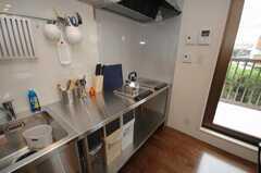 IHコンロの様子。台の下にはゴミ箱が収納されている。(2008-06-20,共用部,KITCHEN,2F)