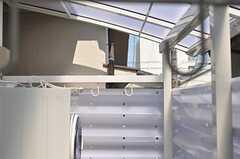 物干しができます。また、洗濯物が見えないよう目隠しが施されています。(2012-06-08,共用部,OTHER,2F)