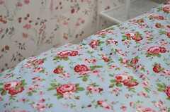 壁のクロス、ベッドカバーともに花模様です。(203号室)(2012-12-21,専有部,ROOM,2F)