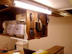 キッチンの様子3。限られた空間で機能的なキッチンを実現するための工夫が光る。(2007-03-01,共用部,KITCHEN,1F)