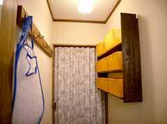 バスルーム前の脱衣所にはお風呂セット用の収納棚が設置されている。(2007-03-01,共用部,BATH,2F)