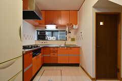 キッチンの様子。扉にシートが貼ってあります。(2016-08-23,共用部,KITCHEN,1F)