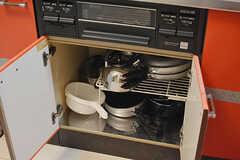 鍋類はコンロ下に収納されています。(2016-08-23,共用部,KITCHEN,1F)