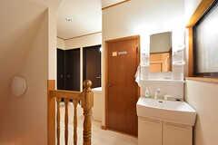 廊下の様子。洗面台が2台設置されています。洗面台の隣のドアはトイレです。(2016-08-23,共用部,OTHER,2F)