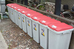 玄関の脇に専有部ごとのゴミ箱が設けられています。ゴミは各自で収集所まで出すルールです。(2016-08-23,共用部,OTHER,1F)