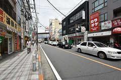 駅前から続く商店街の様子。車通りも多めです。(2016-08-23,共用部,ENVIRONMENT,1F)