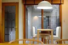 カフェテーブルも置かれています。(2013-03-27,共用部,LIVINGROOM,1F)