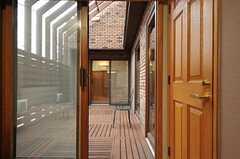 中庭へダイレクトアクセスできます。(103号室)(2013-03-27,専有部,ROOM,1F)