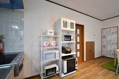 キッチンの脇は収納棚が設置されています。収納棚には電子レンジやオーブンが用意されています。(2017-05-18,共用部,KITCHEN,1F)