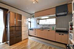 キッチンの脇に冷蔵庫が2台設置されています。(2017-05-18,共用部,KITCHEN,1F)