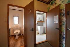 左手からウォシュレット付きトイレ、脱衣室です。(2017-05-18,共用部,TOILET,2F)