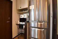 キッチン家電と冷蔵庫が並んでいます。(2016-11-17,共用部,KITCHEN,1F)