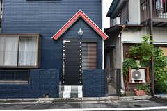 シェアハウスの玄関ドア。三角屋根とランプがマリンテイストです。(2016-07-15,周辺環境,ENTRANCE,1F)