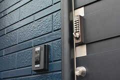 玄関の鍵はナンバー式。(2016-07-15,周辺環境,ENTRANCE,1F)