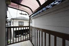 ベランダの様子。屋根付きで洗濯物も干せます。(201号室)(2016-07-15,専有部,ROOM,2F)