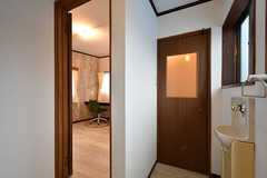 廊下の様子。右手のドアがトイレ、左手に専有部が向かい合っています。(2016-07-15,共用部,OTHER,3F)