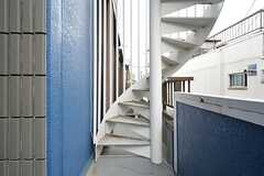屋上へは外階段を利用します。(2016-02-16,共用部,OTHER,2F)
