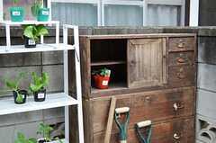 昔使われていた家具や建具が庭に配置されています。(2015-03-12,共用部,OTHER,1F)