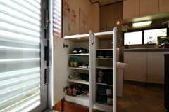 靴箱の様子。専有部ごとに使えるスペースが決まっています。(2018-05-25,周辺環境,ENTRANCE,1F)