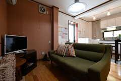 ソファの様子。2名ほど座れるサイズです。(2018-05-25,共用部,LIVINGROOM,1F)