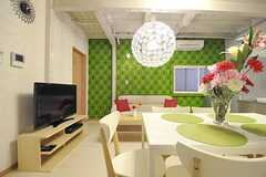 グリーンの壁紙はフランス製のものだそうです。(2012-05-04,共用部,LIVINGROOM,1F)