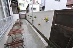 正面玄関までのアプローチにはチェアとテーブルも用意されています。(2012-05-04,共用部,OTHER,1F)