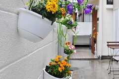 アプローチに飾られた生花の様子。(2012-05-04,共用部,OTHER,2F)