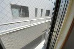 掃き出し窓から、ベランダに出られます。(2012-03-30,専有部,ROOM,2F)