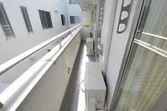 ベランダの様子。隣室と繋がっています。(2012-03-30,共用部,OTHER,2F)
