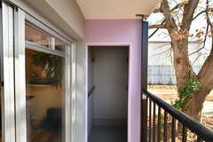 ベランダの収納。アウトドア用具やスノーボードなども保管できます。(A101号室)※モデルルームです。(2019-12-01,専有部,ROOM,1F)