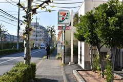 敷地のすぐ隣にバス停とセブンイレブンがあります。(2019-12-01,共用部,ENVIRONMENT,1F)