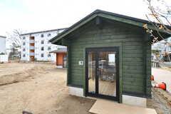 裏庭に用意された小屋の様子。2つの小屋があり、1つはアウトドア用品の保管場所、1つはDIYの作業部屋となっています。(2020-03-17,共用部,LIVINGROOM,1F)