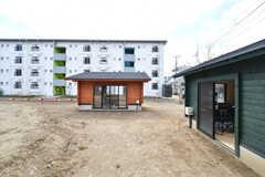 オレンジの小屋はDIYの作業部屋です。小屋の周辺にはクローバーが育つ予定とのこと。(2020-03-17,共用部,OTHER,1F)