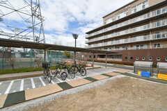 自転車置場とバイク置き場の様子。ゴミステーションも設置されています。(2020-03-17,共用部,GARAGE,1F)