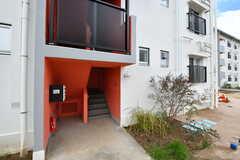 エレベーターを使わずに階段でも専有部に行くことができます。郵便受けは階段側の設置です。(A棟)(2020-03-17,周辺環境,ENTRANCE,1F)