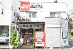 敷地のすぐ隣にある浅田菓子店。老舗の駄菓子屋さんです。(2020-03-17,共用部,ENVIRONMENT,1F)