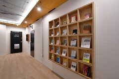 廊下には本棚が設置されています。(2020-03-06,共用部,OTHER,1F)