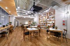 リビングの様子。天井まで届く大きな本棚がインパクト抜群。(2020-03-06,共用部,LIVINGROOM,1F)