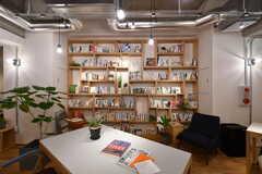 本棚の様子。書籍のセレクトは、tsugubooksさんが手掛けています。(2020-03-06,共用部,LIVINGROOM,1F)