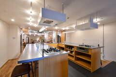キッチンの様子3。シンクとガスコンロがそれぞれ向かい合わせに設置されています。(2020-03-06,共用部,KITCHEN,1F)