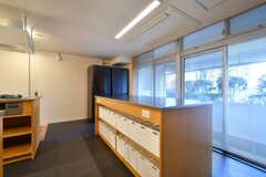 部屋ごとに使える収納ボックス。食材や調味料などを入れておけます。(2020-03-06,共用部,KITCHEN,1F)