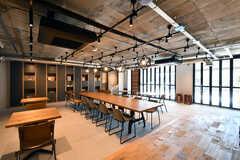 ラウンジの様子5。奥には壁一面の本棚兼収納スペースがあります。(2020-03-06,共用部,LIVINGROOM,1F)