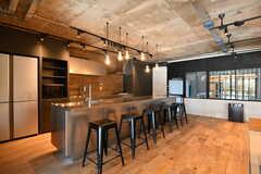 キッチンの様子。カウンターテーブルと一体です。(2020-03-06,共用部,KITCHEN,1F)