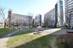 団地の中央には公園があり、子どもたちが元気に遊んでいます。(2020-03-06,共用部,ENVIRONMENT,1F)