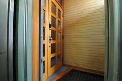 シェアハウスの正面玄関。エレベーターを出てすぐのところです。(2013-08-30,周辺環境,ENTRANCE,4F)